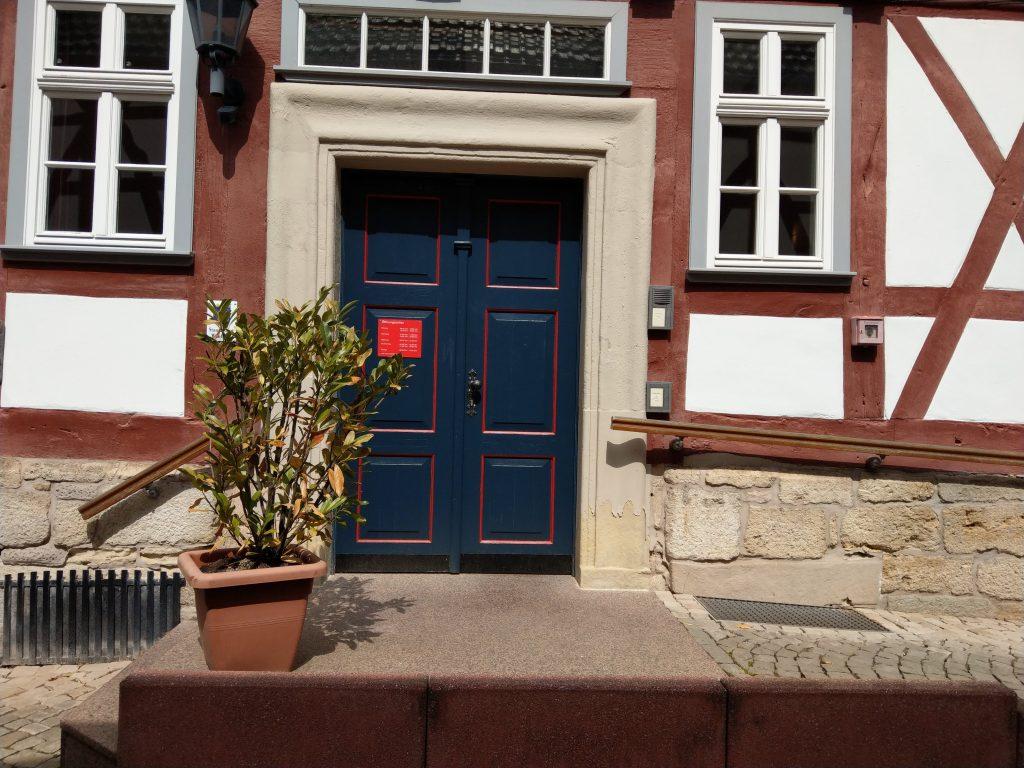 Mit der Klingel rechts des Eingangs können Sie einen Mitarbeiter des Rathauses kontaktieren, der Ihnen beide Türen öffnet und Ihr Anliegen entgegennimmt.