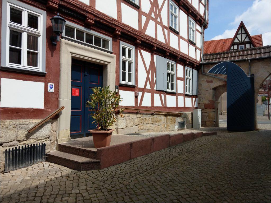 Der stufenlose Zugang zum Rathaus der Stadt Wanfried ermöglicht z.B. auch Menschen mit Rollstuhl den Zutritt zum Rathaus.
