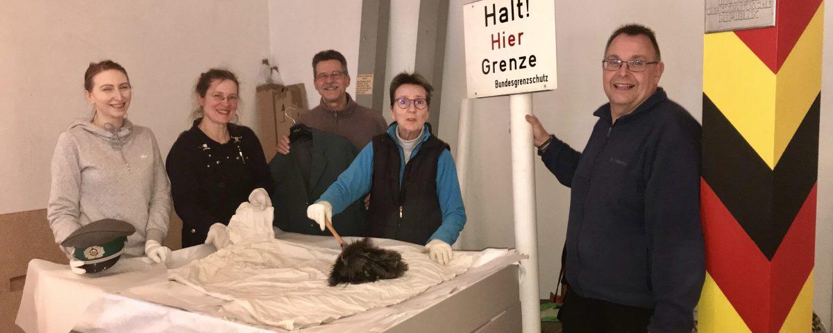 Vorsichtig wird von (v.l.n.r) Agnes Zaleski, Antje Kreuzberg und den fleißigen Helfern Heinz und Heike Starcke sowie Olaf Prehm das Museum ausgeräumt.