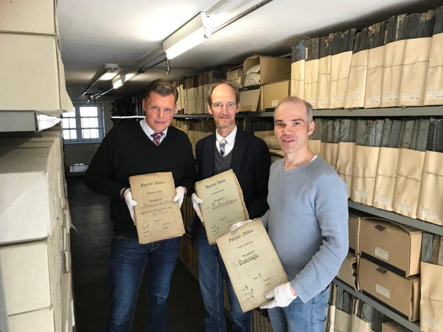 Bürgermeister Wilhelm Gebhard, Dekan Dr. Martin Arnold und Diplom-Archivar Dominik Brendel beim Stöbern im Wanfrieder Archivgut.