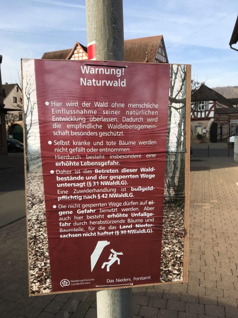 Ungenehmigte Plakatierung in der Bahnhofstraße.