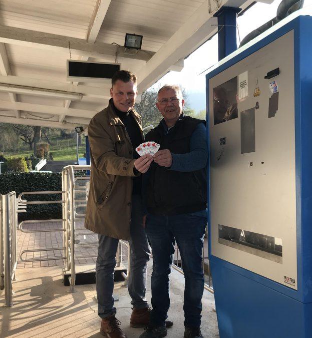 Bürgermeister Wilhelm Gebhard und Vorsitzender des Fördervereins Schwimmbad Wanfried e.V. Thomas Fischbach nehmen den Kassenautomat in Betrieb.