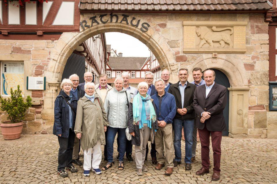 Die zehnköpfige Besuchergruppe aus Vegesack mit den Wanfrieder Gastgebern. von rechts: Andreas von Scharfenberg, Wilhelm Gebhard, Hubertus Wetzestein und Joachim Eckhardt. (6.v.r.). Bild: Christoph Braun