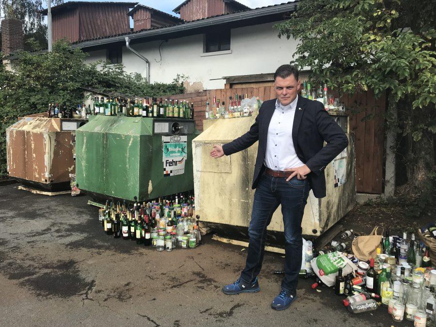 Bürgermeister Wilhelm Gebhard vor den überfüllten Altglascontainern in der Ringstraße. Bild: Christoph Braun