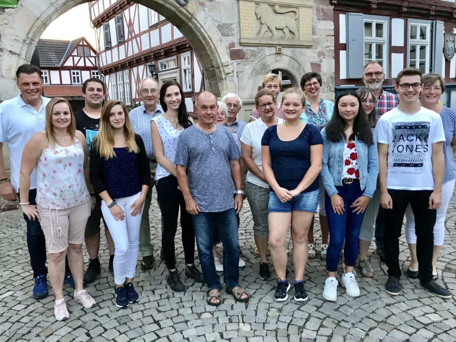Bürgermeister Wilhelm Gebhard (links), Manuela Hüther (2.v.links) und Angela Fricke (rechts) bedankten sich bei allen Helferinnen und Helfern, die die diesjährigen Wanfrieder Ferienspiele unterstützt und bereichert haben.