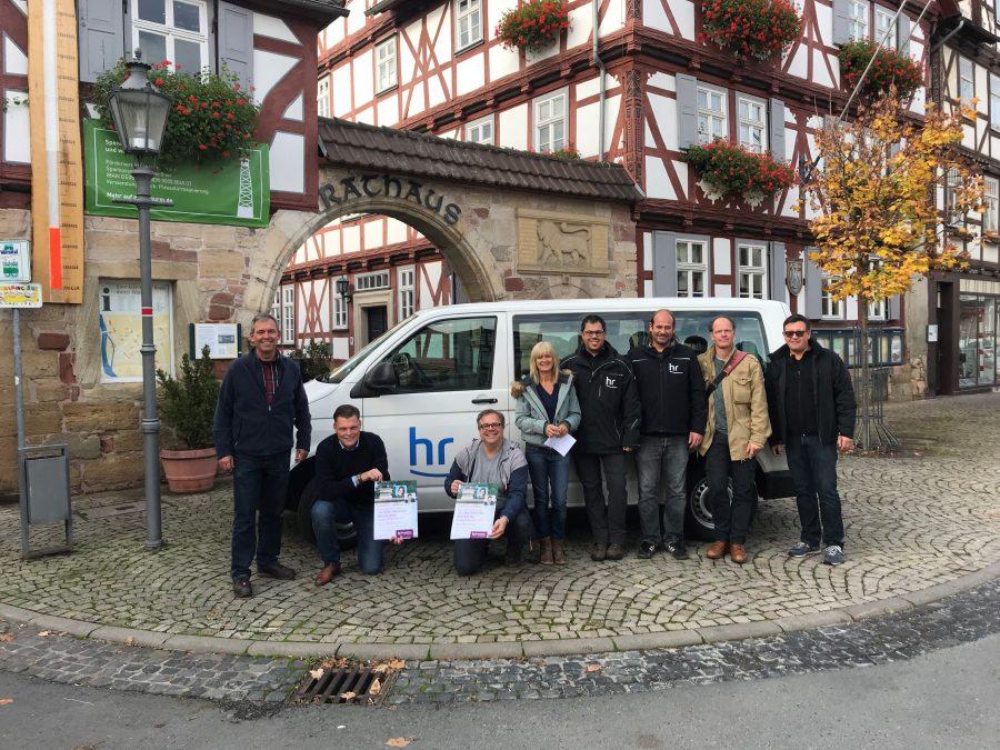 Hans-Joachim Lenz (1.v.l.), Wilhelm Gebhard (2.v.l.) und das Team aus Technikern, Aufnahmeleitung und weiteren Verantwortlichen des hr vor dem Wanfrieder Rathaus.