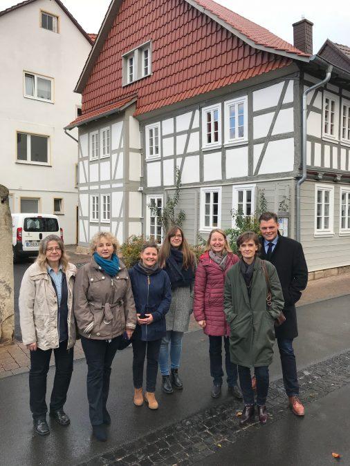 Die Mitglieder der Regionalstrecke und Bürgermeister Gebhard vor dem Fachwerkmusterhaus in Wanfried.