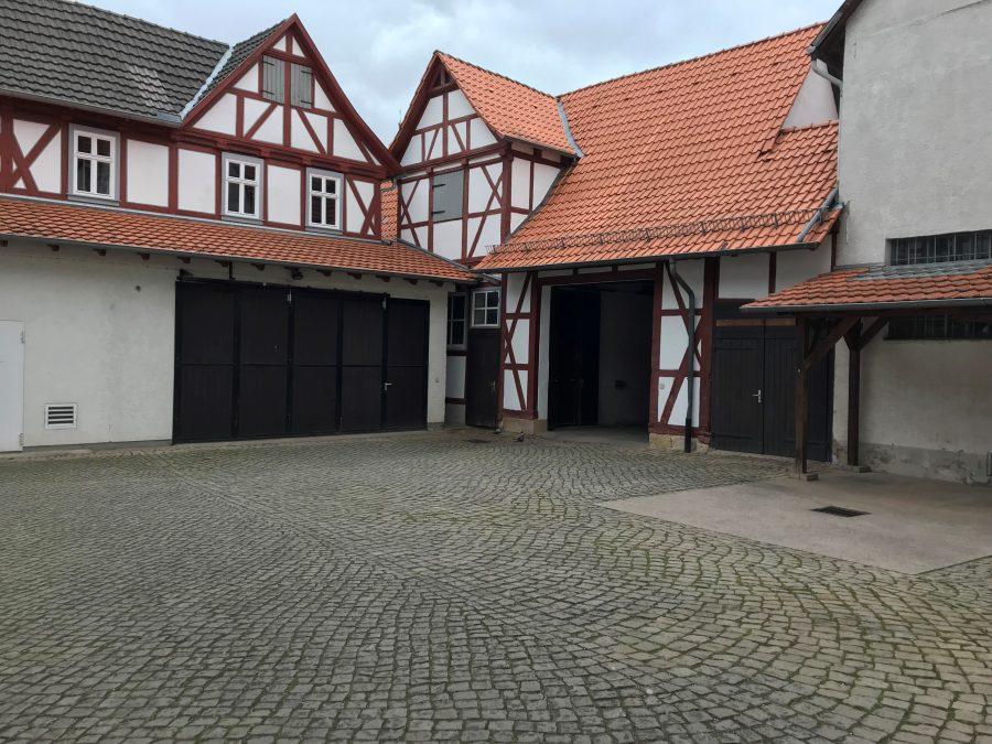 Der Hof des Wanfrieder Rathauses. In der Durchfahrt zum Bauhof werden am Wahlsonntag ab 18:00 Uhr die Ergebnisse zu sehen sein.