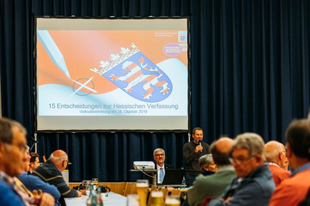 """Rund 60 Bürgerinnen und Bürger kamen zur Bürgerversammlung im Hotel """"Zum Schwan"""". Bild: Christoph Braun"""