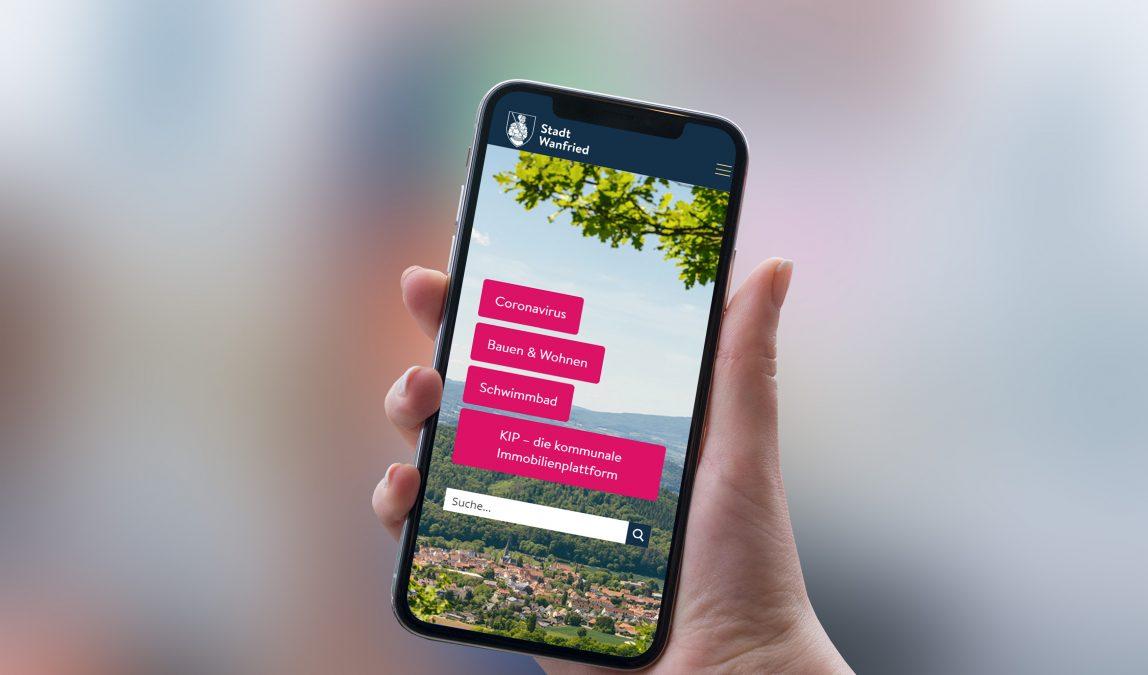 Komfortable Benutzung auch von unterwegs: Die Website der Stadt Wanfried auf einem Smartphone.