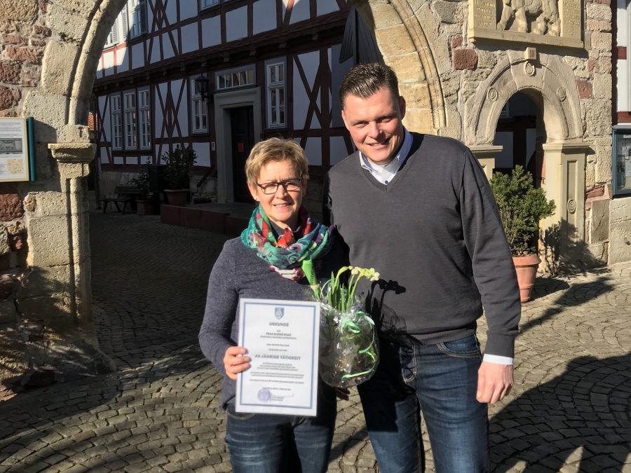Bürgermeister Wilhelm Gebhard überreichte der Jubilarin Ulrike Kimm eine Urkunde und ein Präsent anlässlich ihres 40-jährigen Dienstjubiläums.