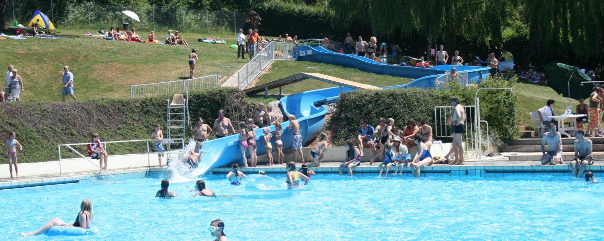 Badespaß auf der 30 m Rutsche im Schwimmbad Wanfried. Bild: Archiv Stadt Wanfried