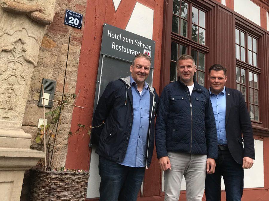 v.l.n.r.: Eigentümer Jürgen Brandt, Betreiber Robert Klingseis und Bürgermeister Wilhelm Gebhard