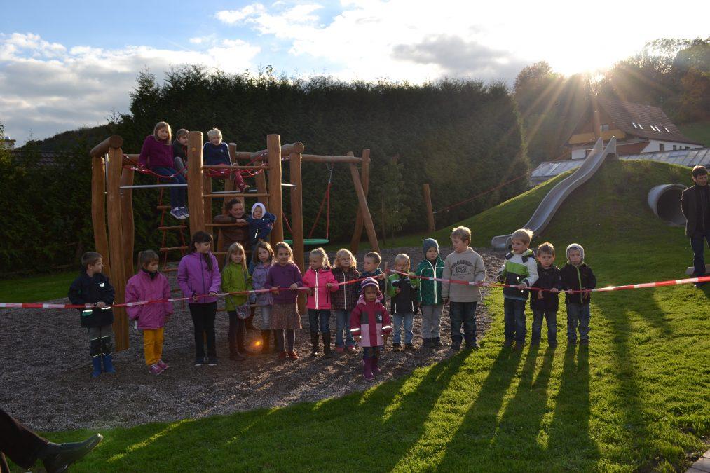 Im Oktober 2013 nahmen die Kinder den neuen Kinderspielplatz in Beschlag und durften symbolisch das Band zur Eröffnung durchschneiden.