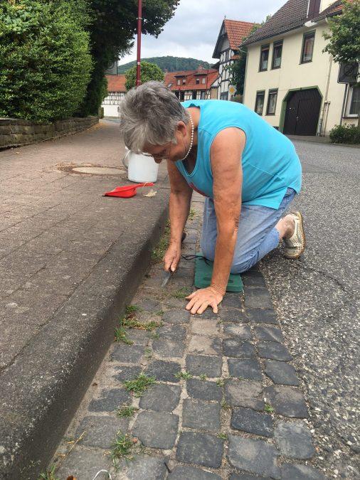Gisela Plötz bei der Straßenreinigung