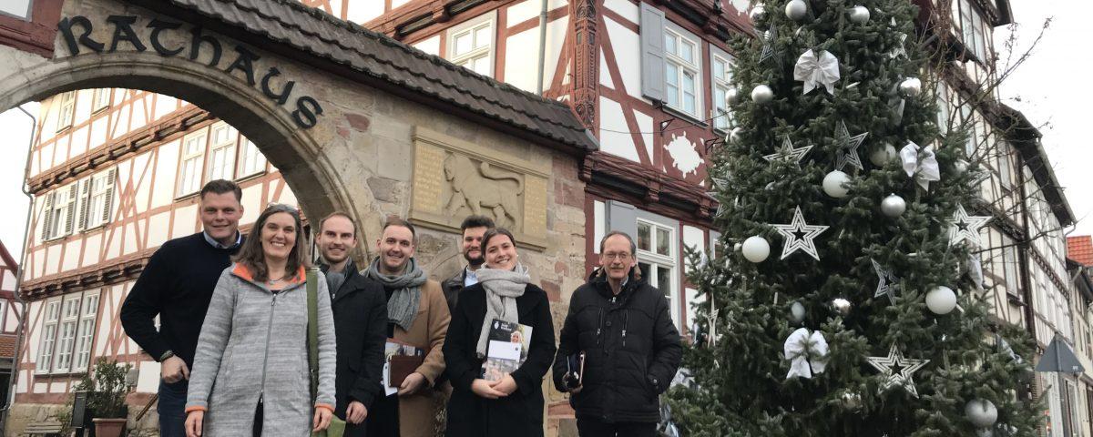Bürgermeister Wilhelm Gebhard mit (v.l.n.r.) Diana Wetzestein, Masterstudierende der HAWK Hildesheim und Jürgen Rödiger.