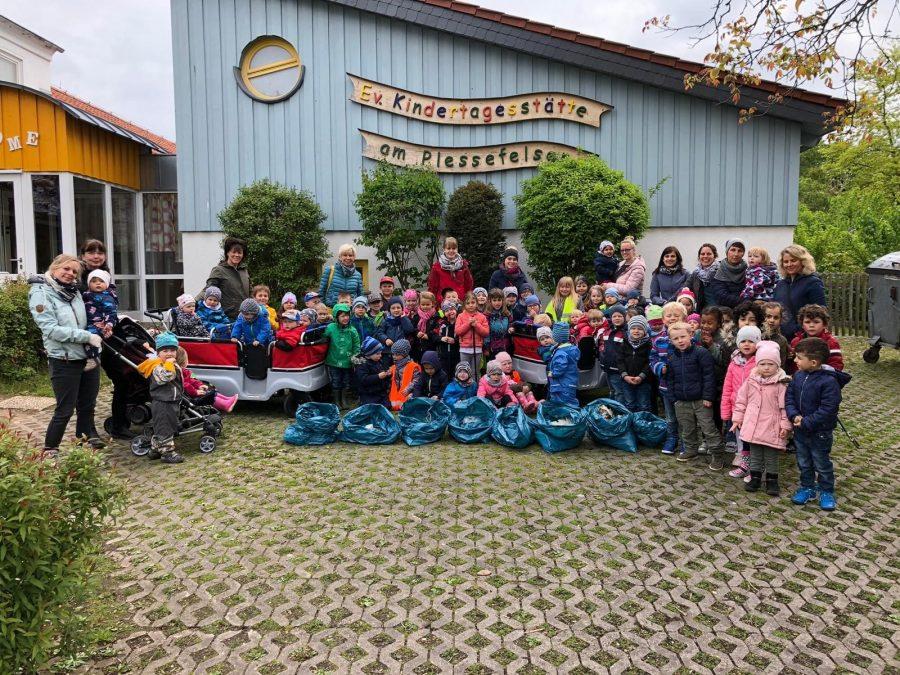 """Die Kinder und Erzieherinnen der """"Ev. Kindertagesstätte am Plessefelsen"""" nach getaner Arbeit vor der Kindertagesstätte."""