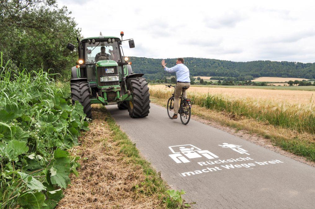 Nicht immer ist es den Landwirten möglich, auf Grünstreifen auszuweichen wie auf dem Foto. Dann werden die Radfahrer um Rücksicht gebeten und sollten notfalls auch anhalten und absteigen. Bild: Christoph Braun