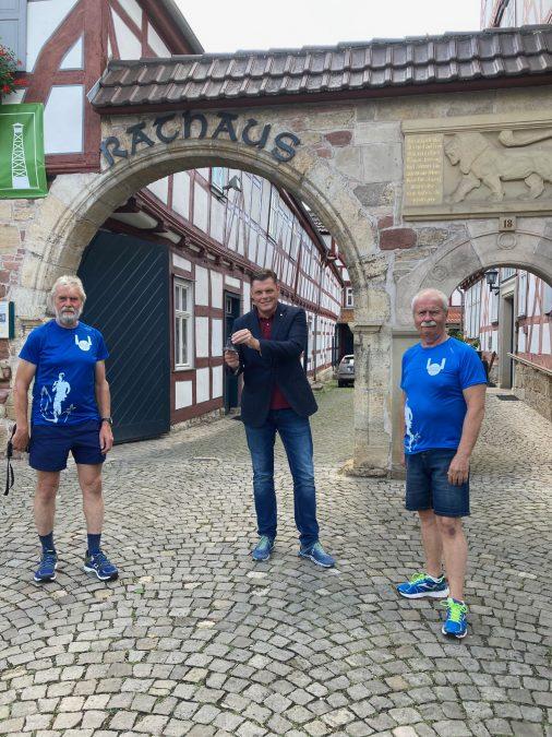 Ein Vorkommando besuchte Wanfried im Vorfeld des kleinen Friedenslaufs und übergab Wanfrieds Bürgermeister Wilhelm Gebhard als Etappenort und als Zeichen des Dankes eine Friedensglocke.