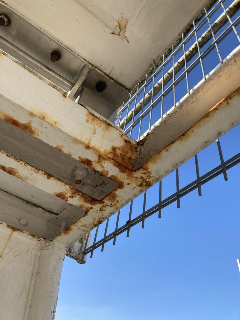 Bild 3: Der Zahn der Zeit nagt am Turm.