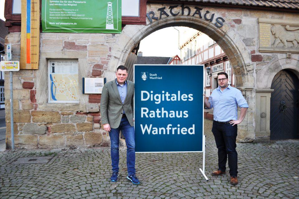 Bürgermeister Wilhelm Gebhard (links) und Verwaltungsleiter Christoph Hoffmann (rechts) vor dem Wanfrieder Rathaus.