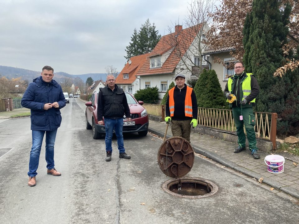 Bürgermeister Wilhelm Gebhard und Klärwärter Thomas Fischbach informieren sich bei Stefan Patzak und Mario Panzer über das Auslegen der Giftköder im Abwassersystem.