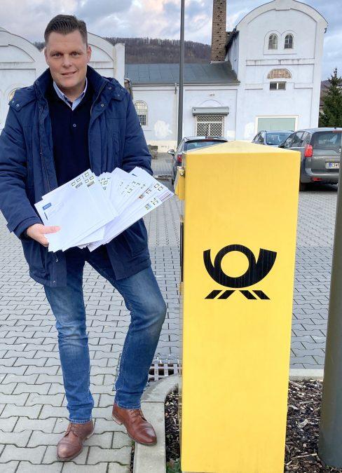 Bürgermeister Wilhelm Gebhard brachte alle Briefe persönlich zur Post. Die 42 Briefe ins Ausland gingen als letztes auf Reisen. Bild: S. Ross