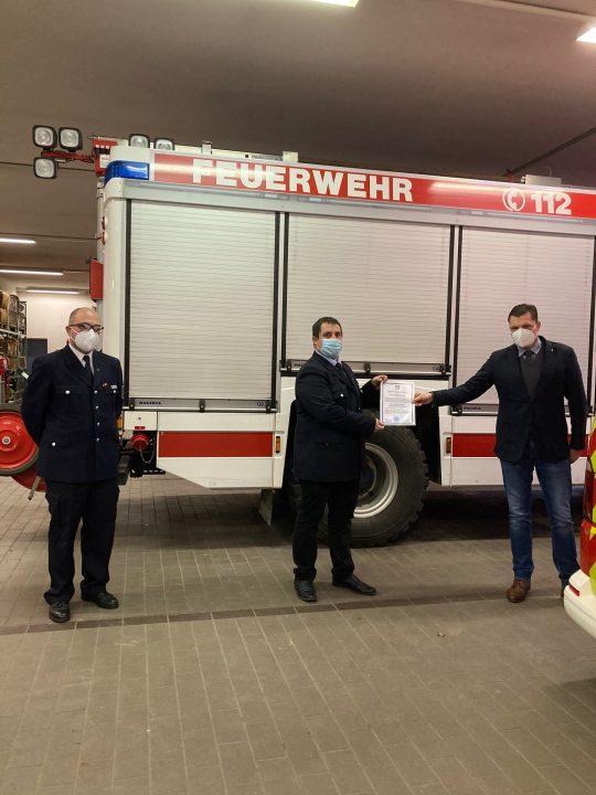 v.l.n.r.: Stadtbrandinspektor Benedikt Beckmann, stv. Stadtbrandinspektor Benjamin Kleinpeter und Bürgermeister Wilhelm Gebhard