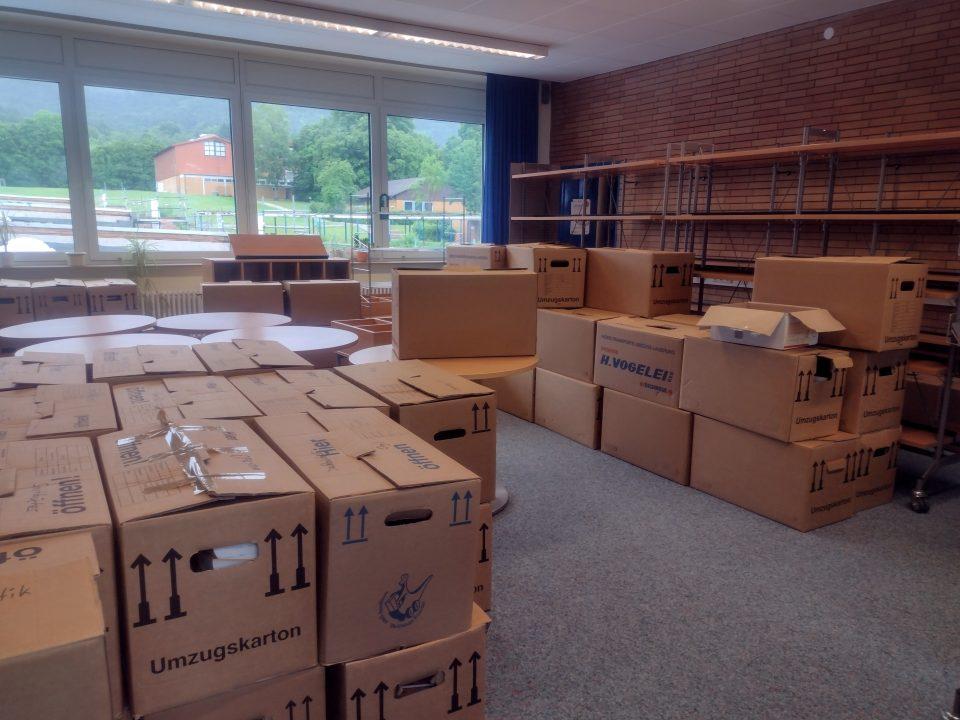 In Kartons verpackt: die Stadtbücherei Wanfried bereitet den Umzug vor. Bild: Stadtverwaltung