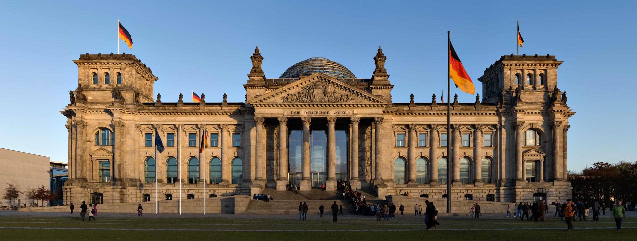 Reichstag Gebäude. Jürgen Matern / Wikimedia Commons. https://juergen-matern.de/ Lizenz: Creative Commons (CC BY-SA 3.0), https://creativecommons.org/licenses/by-sa/3.0/legalcode